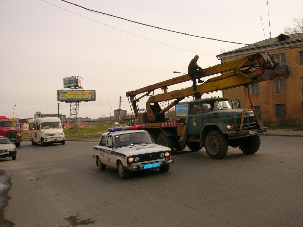 Горсвет поднимал провода, чтобы машина с памятником их не оборвала
