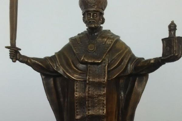 В руках Николай Чудотворец держит меч и часовню на Красном
