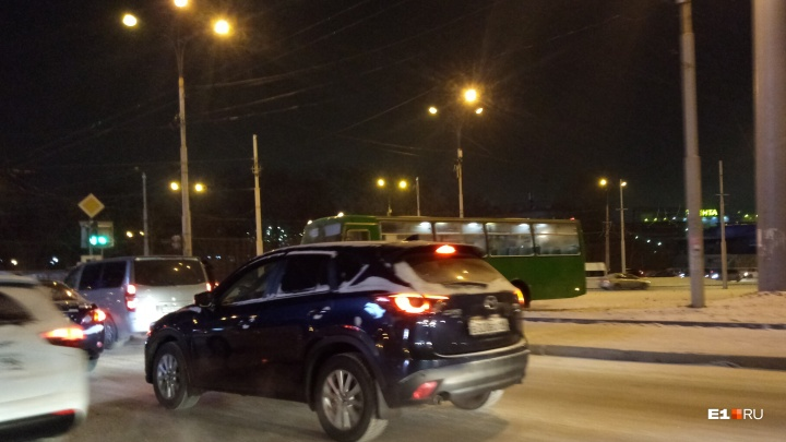 «Автобус вынесло за тротуар»: на выезде из Пионерского образовалась пробка из-за аварии