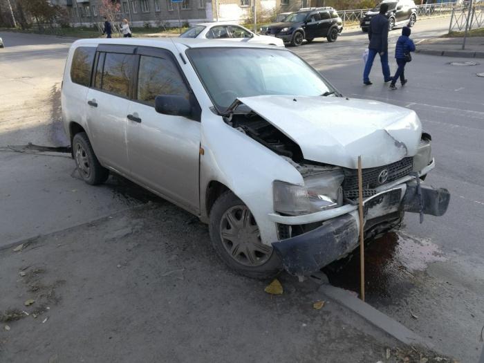 Toyota Probox после столкновения вылетела на тротуар
