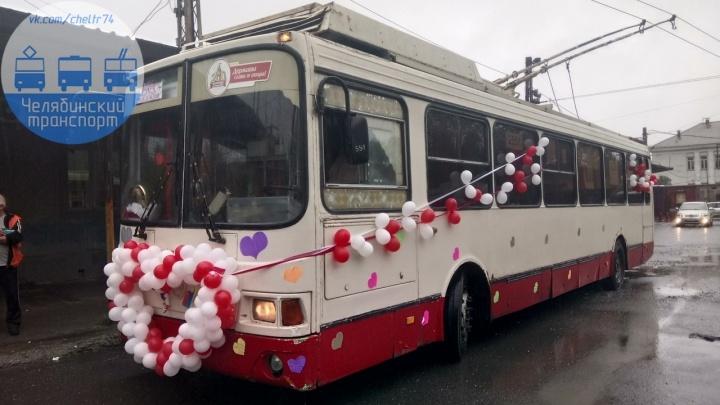 «Когда водитель сделал предложение кондуктору»: по улицам Челябинска проехал свадебный троллейбус