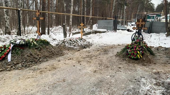 Проезд к базе у Широкореченского кладбища окончательно закрыли могилами