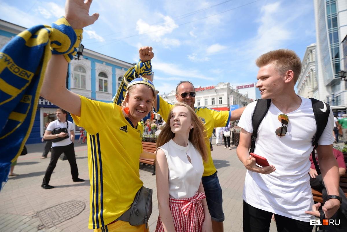 С улицы Вайнера футбольные фанаты пошли в сторону стадиона