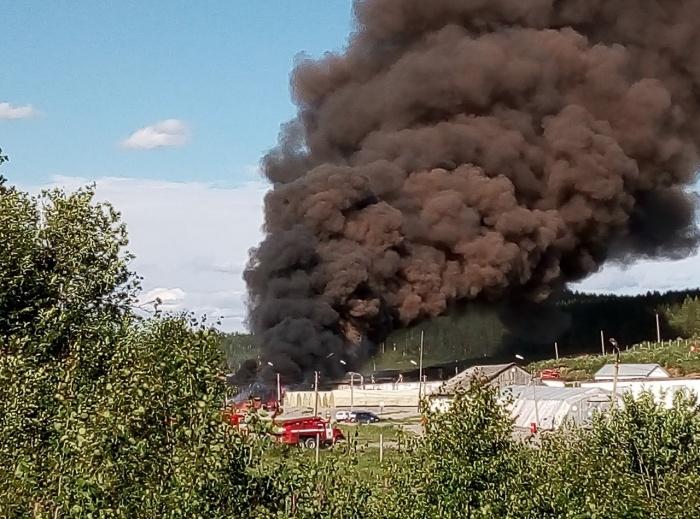 От горящего склада поднялся черный дым