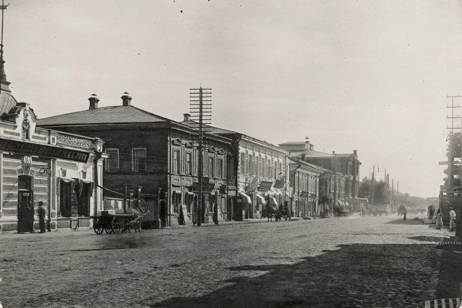 Перспектива Воскресенской улицы в направлении Стрелки от Гимназического переулка (ныне Вейнбаума) в 1910 году