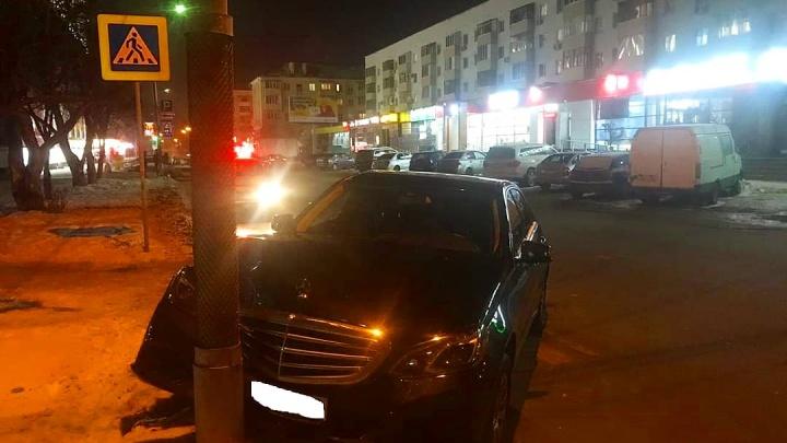 В Уфе на улице Бессонова Mercedes сбил ребенка: момент ДТП попал на видео