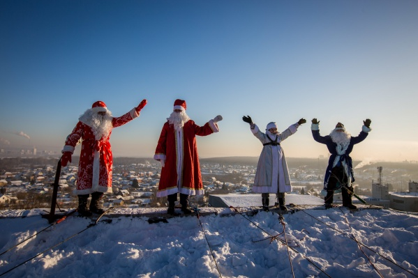 Альпинисты уже во второй раз бесплатно устроили праздник детям в больнице — на этот раз в образах Дедов Морозов и Снегурочки