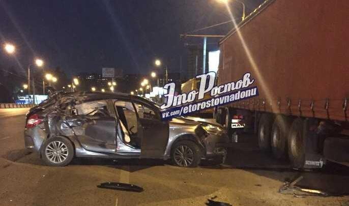 Опасный маневр: в Ростове «Ситроен» влетел под фуру