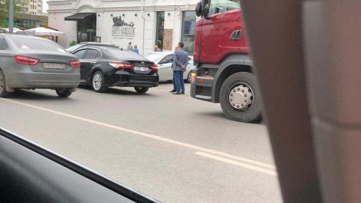 Служебная Toyota Camry Александра Высокинского попала в ДТП в центре Екатеринбурга