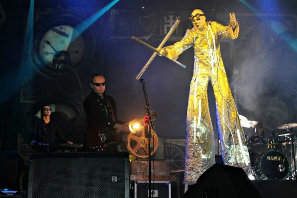 Компанию великанам на концерте группы «Пикник» составят барабанщицы с красными бочками