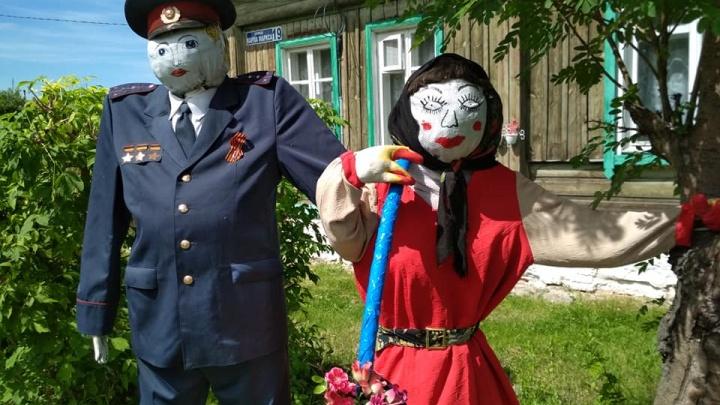 Милиционер-пугало, мокрый Пушкин и огненные закаты: выбираем лучшее фото дня июня на E1.RU