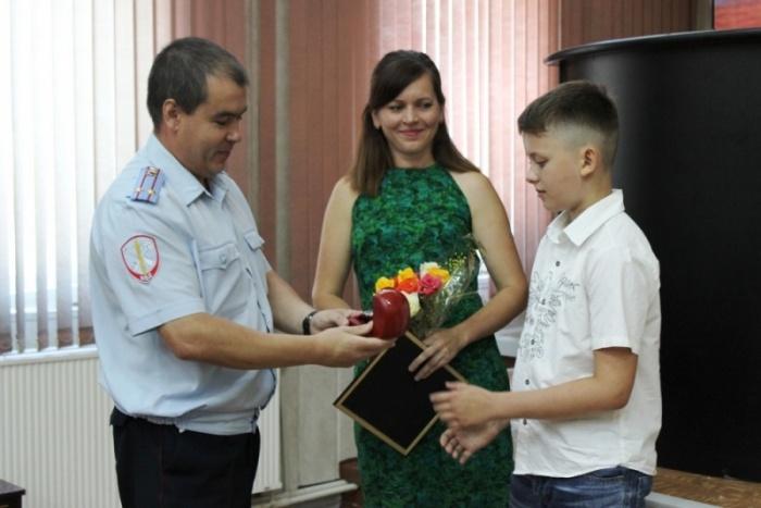 Сегодня школьника и его маму наградили в полиции