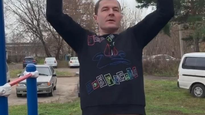 Мэр Ярославля показал, как качается на турниках во дворе. На заднем фоне машины запарковали газон