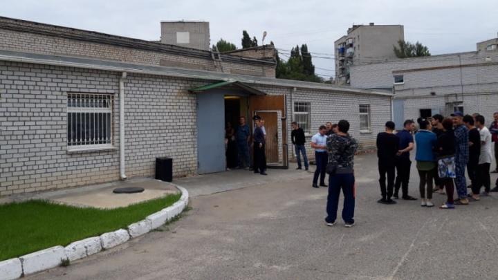 В Волгограде 20 азиатов незаконно делали крышки для консервов
