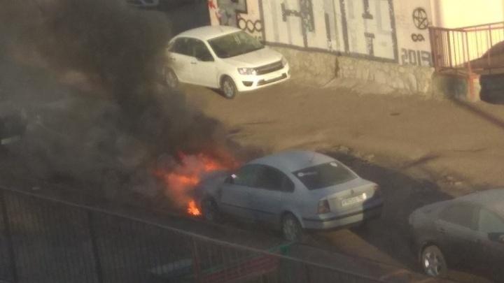 Опасный прогрев: в Уфе на стоянке вспыхнул автомобиль