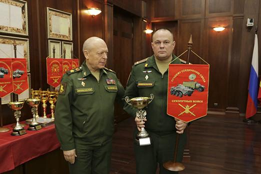 Командир бригады, подполковник Михаил Морозов, получил кубок и вымпел<br>