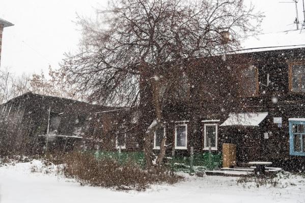 На Тюмень обрушился снегопад, который за полдня превратил серый город в заснеженный. В грядущие выходные также ожидаются осадки