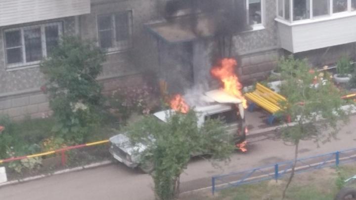 «Взрыва не было»: в МЧС рассказали подробности о сгоревшем автомобиле на 6-й Шинной