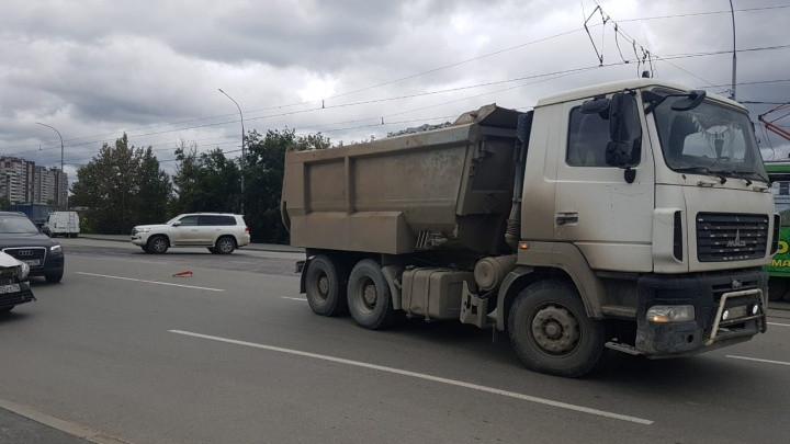 В Екатеринбурге самосвал насмерть сбил пешехода, который перебегал дорогу