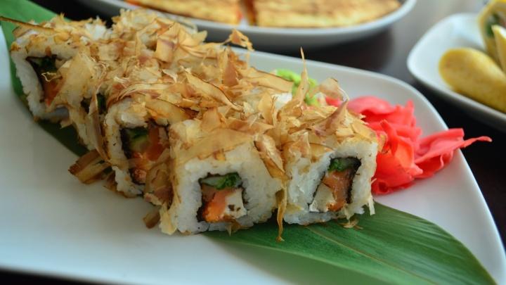 Ролл с семгой и курицей, тайский салат и ягодный раф: в баре «Доски» обновили меню