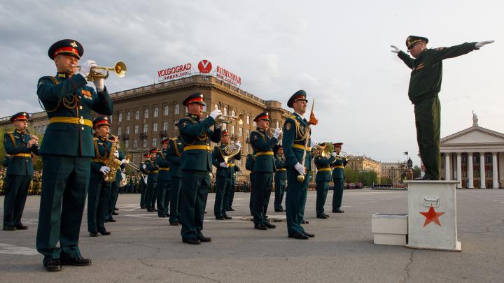 Больше тысячи военных впервые собрались на главной площади Волгограда — смотрим фотографии