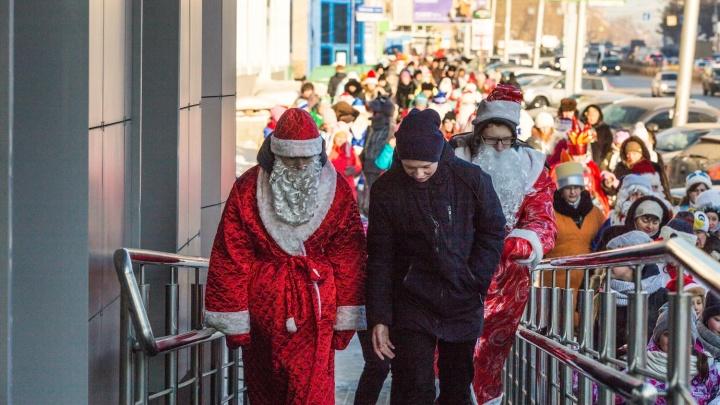 Толпа Дедов Морозов привела к пробке на проспекте Дзержинского