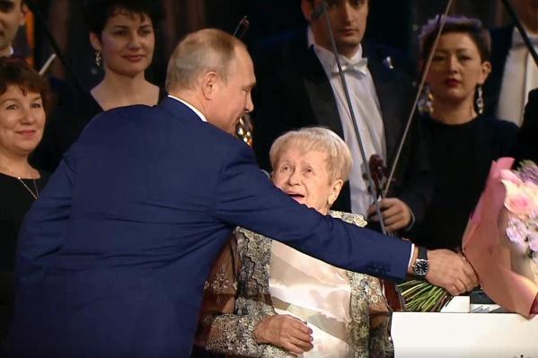 Владимир Путин пришёл на концерт к юбилярше с цветами и новостью о высокой награде