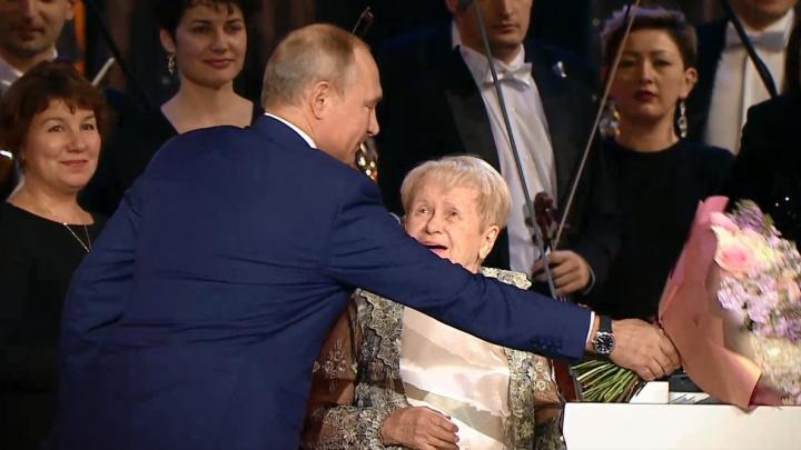Владимир Путин наградил Александру Пахмутову орденом Андрея Первозванного