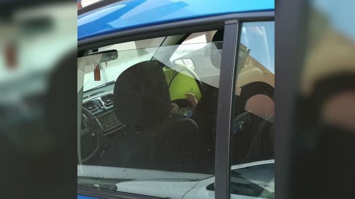 Многодетная мать оставила ребёнка в закрытой машине в 30-градусную жару