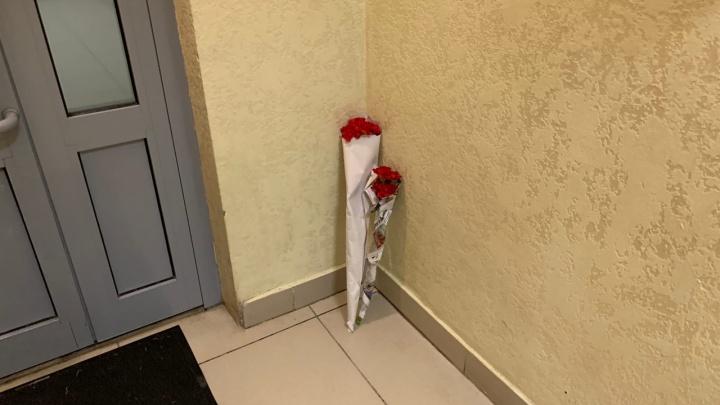 Новосибирцы принесли цветы на место убийства беременной девушки в доме на Кирова