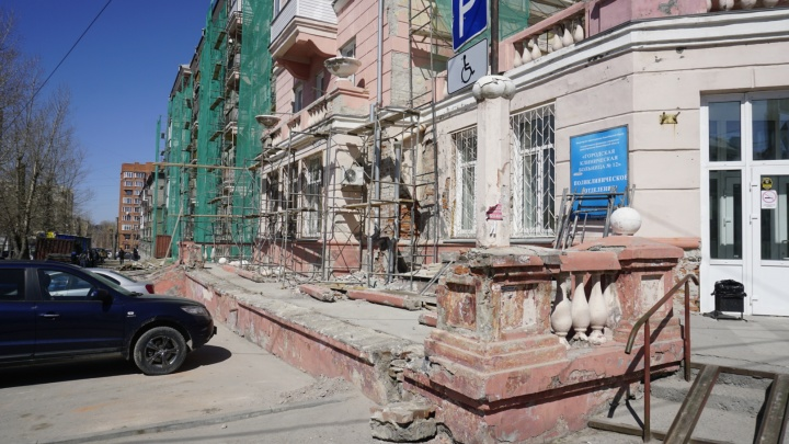 Рабочие разрушили красивую балюстраду у дома на Авиастроителей