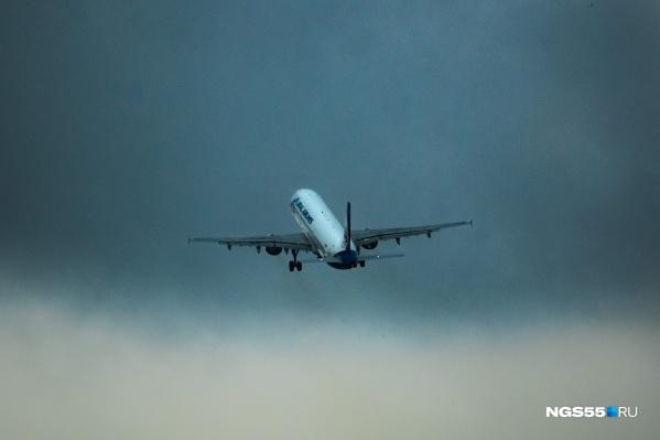 Самолёт с шумом рассекал металлическую гладь неба, уносясь вдаль от Омска и споттеров