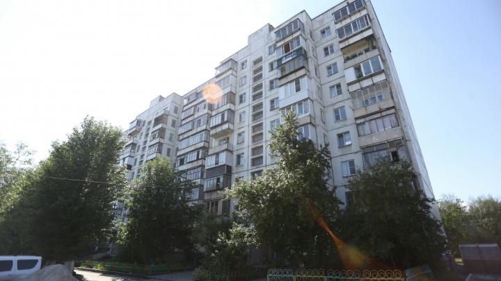 Скончался в реанимации: в девятиэтажке на северо-западе Челябинска рабочего придавило лифтом