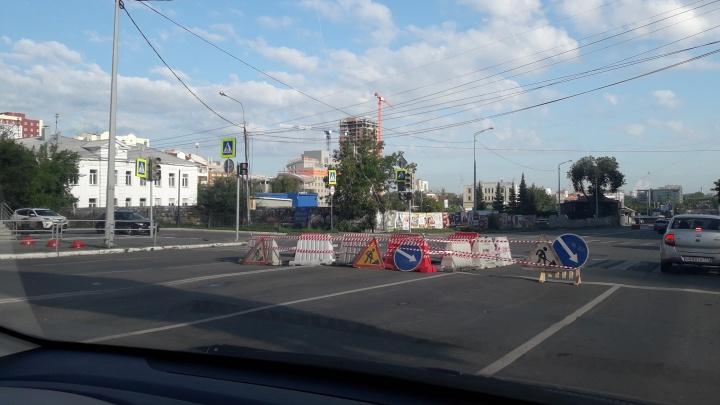 «Приехала аварийка, яму огородили»: рабочие начали закрывать гигантский провал в центре Челябинска
