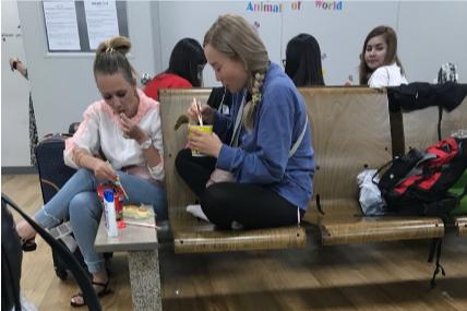 Туристы сидят в аэропортуИнчхон и ждут, когда их депортируют в Россию
