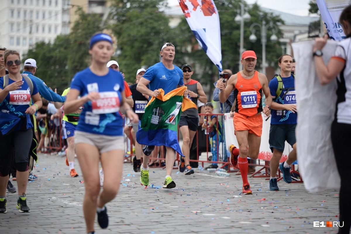 Евгений Ройзман финиширует с флагом Екатеринбурга