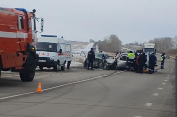 Четыре человека скончались на месте происшествия, а троих пострадавших увезли в больницу