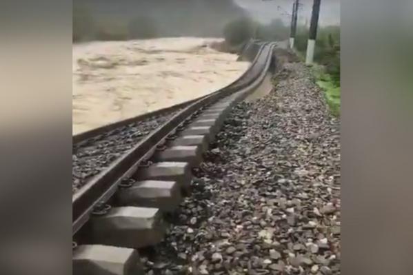Вода сильно размыла пути