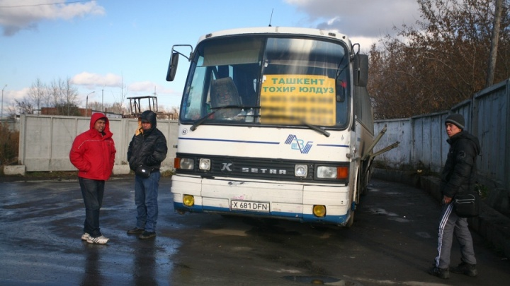 Автобусы привезли в Новосибирск мигрантов — водителям грозит 21 штраф