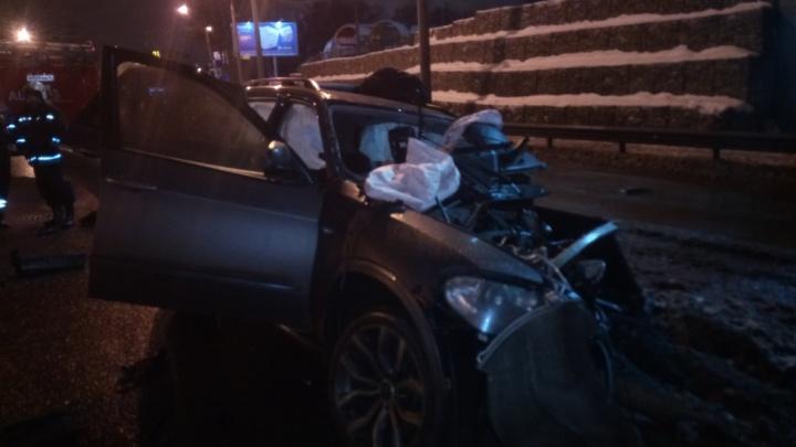 На Московском проспекте разбился BMW: водитель погиб, двое пострадали