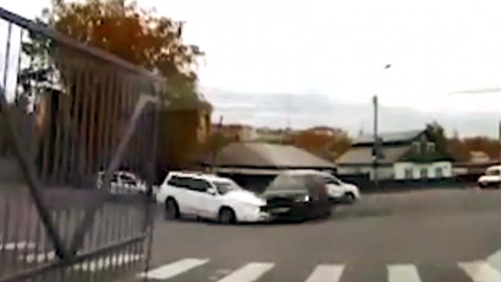 «Куда ты рулишь?»: BMW X5 подбил «Форестер» на светофоре возле «Метро»— почему ему можно (видео)