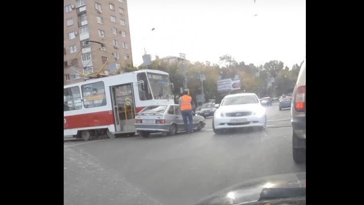 «На ровном месте!»: в Самаре на Ново-Садовой столкнулись «четырнадцатая» и трамвай