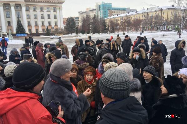 Несмотря на отмену акции, люди пришли на главную площадь города