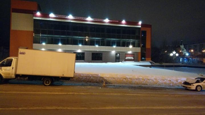 «Хонда» въехала в припаркованный грузовик на «Родниках»: одну девушку увезли в больницу