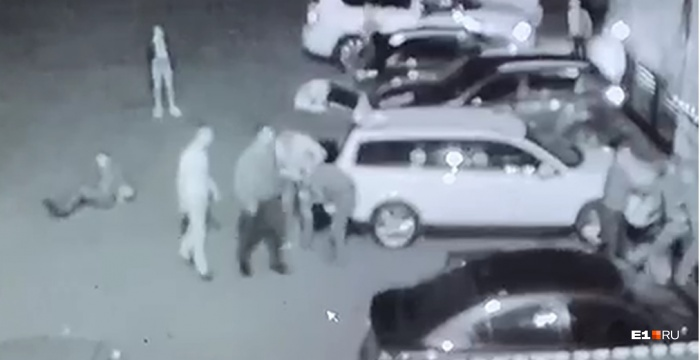 Группа молодых мужчин совершила нападение, когда сотрудники на улице разгружали оборудование