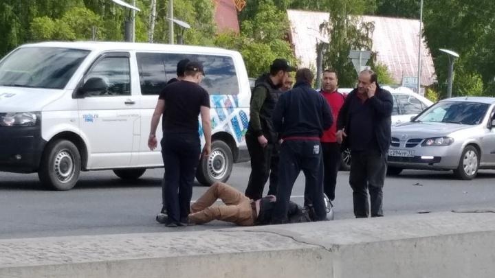 Водитель фургона врезался в байкера, притормозившего у перехода на тюменской объездной