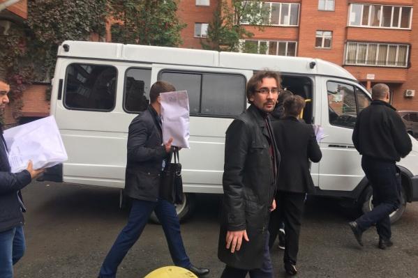 Иван Востриков говорит, что у него изъяли документы и все носители информации из квартиры. Сейчас мужчина находится на допросе у силовиков