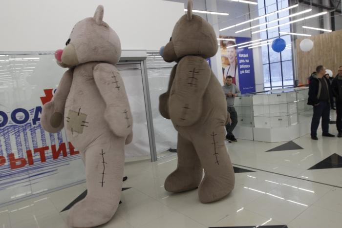Новый лидер обошёл старого всего на несколько магазинов. На фото —аниматоры во время открытия гипермаркета «Гигант» на Мочищенском шоссе
