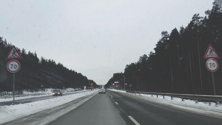 На трассе возле Кургана Skoda Octavia врезалась в припаркованный грузовик: водитель легковушки погиб