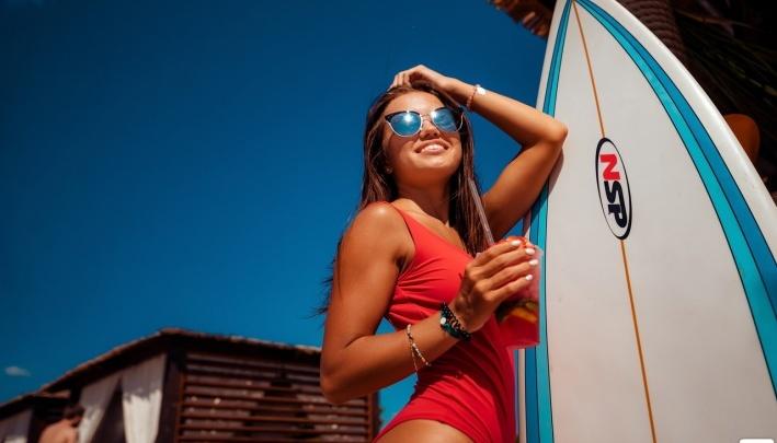 Красотки в бикини и крошечных шортах: любуемся горячими девушкамина тюменских пляжах